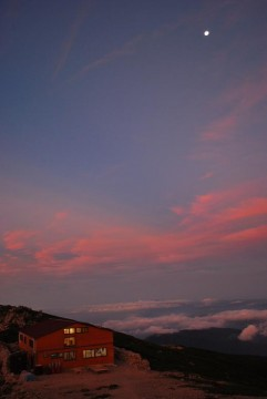 朝方の月と朝食開始の食堂・・いい眺め  うっとり~