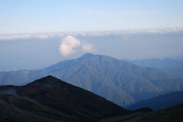 朝日浴びる鍬崎山