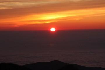 真綿を敷き詰めた様な雲海に沈む夕日。