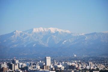 富山の町の真後ろに大きい薬師が・・
