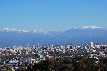 冠雪の立山、薬師岳。秋晴れの日は カメラマンの陣取り合戦です。