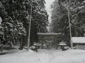雪が深くて、ラッセルでもして行かないと 本殿まで行けそうに有りません。