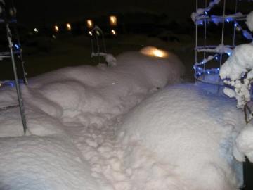 雪搔きしてもすぐ積もる。でも、雪の中での灯りがほのぼのと暖かそう。せめてもの慰めですね(^.^)