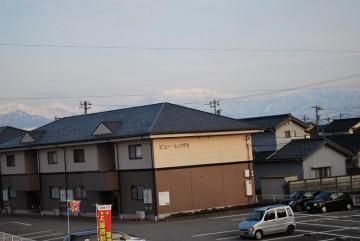 屋根の真上に薬師岳が。 屋根、やぁーねぇ・・? 以前にも言った覚えが (-_-;)