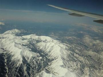 尾翼の下に黒部川、上ノ廊下。右横に真っ白な薬師岳。有峰湖も見えていますね。