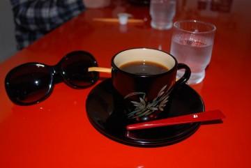 一客  う~ん万円もするカップですって。蒔絵が入ってて、中が白地塗りの貴重な品でした