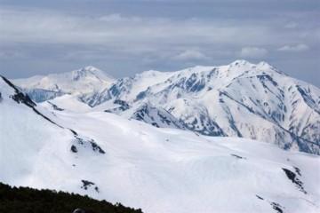 薬師岳の稜線が、所々黒ずんではっきり見えますね。雪解けが進んでるのかしらね・・