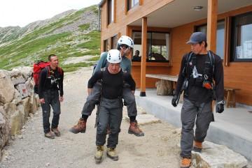 しっかり担ぎ上げて、人力での救助訓練です。大変な仕事ですね。