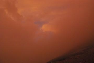 急に辺りが、茜色になり、雷雲と共に、雷鳴が轟き始めました。不気味な風景です。