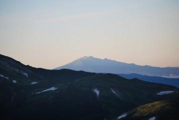 御嶽山の手前に、黒部五郎に隠れている乗鞍岳の、裾野が見えてます。