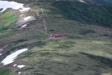 見晴台より太郎小屋。木道がはっきり見えています。