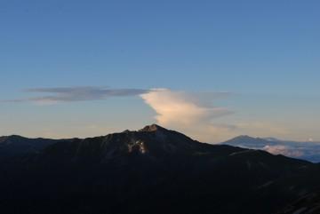 今朝のダントツ一位はこれ! 黒部五郎と、雲と、御嶽。 きれいでした。