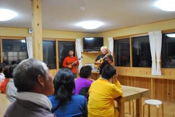 山の歌や、懐かしのメロディー等、お客さんも一緒に歌いました。