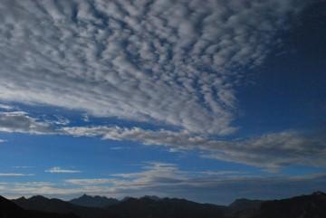 """何だか怪しい雲ですね """" もうすぐ台風が来るぞ・・""""  って感じですかね?"""