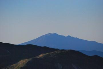 """遠いですが、すっかり秋色の山肌に成った """" 御嶽山 """" が見えます。"""