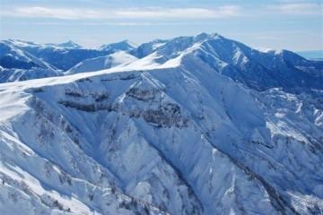 快晴の立山から見た薬師岳。遠くに黒部五郎と笠が見えてます。まだ11月末なのに、厳冬期の山みたいです