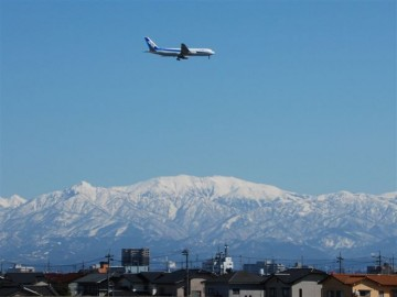 真っ青な春空に映える、ブルー&ホワイトの全日空機と、大きくて真っ平らな、ホワイト薬師岳