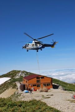 本格的な営業に向けて、ヘリが何往復もする。今季最大の荷上げの日。お天気さまさま!