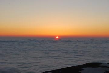 果てしなく広がる雲海と、落日