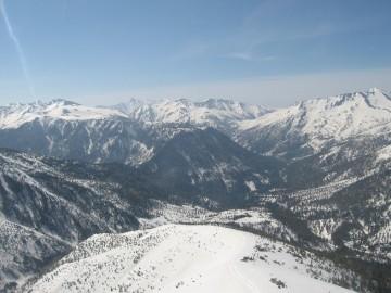 下の真っ平な雪原は薬師平付近。