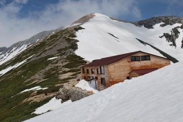 6月初旬は例年これくらいの残雪です。頂上アタックは、右の雪面を直登します。