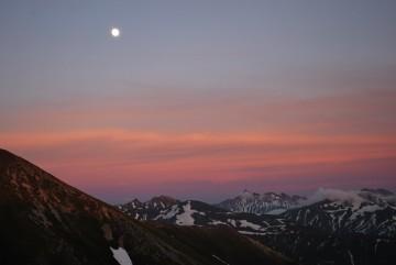 大きい月が槍、穂、を照らします・・