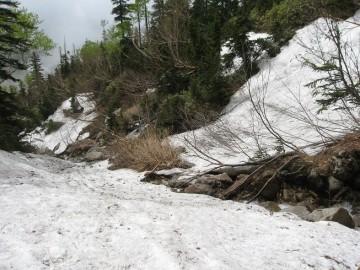 キャンプ場からの登り。薬師峠は殆ど残雪の急登。アイゼンが役立ちました。