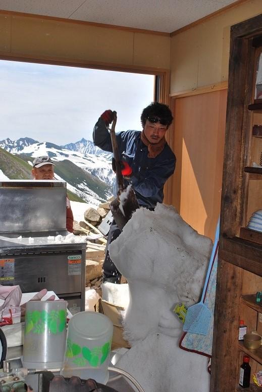 たぶん、2メートル以上の雪が積もってたと思われる。食器棚の上に載せてあったものが全て雪に埋まってました。恐ろしや・・