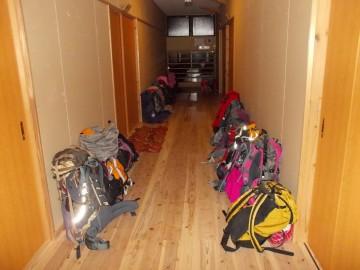 消灯後の廊下。スリッパも、ザックも、綺麗に揃えてありました。お見事!