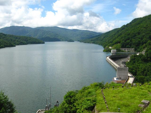 有峰ダム&ダム湖。車窓から、是非この良き眺めを満喫して来て下さい。(@_@)