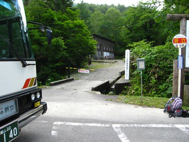 バスは折立登山口に横付け。バスはここまでです。あとは自力でお願いします・・