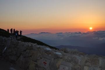 遠くに白山を望み、夕日撮影タイム。今シーズン最後の夕日でした。いい日夕焼け、お月さん。
