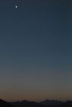 ここでしか見れない「槍と月」  中秋の名月を思い出しますね。山の上で見る月は、特に神秘的な感じがします。