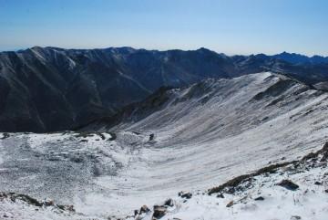 初雪のお陰で、流線型がきれいに出ます。なが~い、ジャンボ滑り台みたいです。