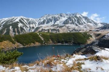 みくりヶ池から初雪の雄山。