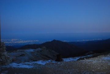 夜明け前の町の灯りと、富山湾。氷点下の世界・・ 窓が開かないので、仕方なく外に出て撮影。寒いってもんじゃないっすよ!
