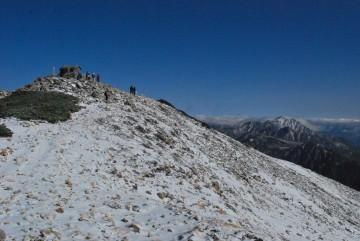 寒風の中、山頂をアタック。立山も白く成ってますね。