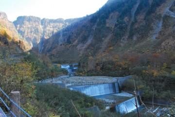 """ずーっと奥に見えるのが、""""ハンノキ滝""""  遠いでしょ。 ひと汗かきますよ(^_^;)"""