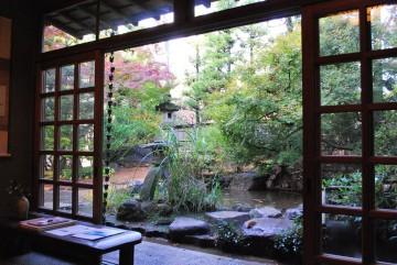 「こんな庭が欲しいのぉ・・」 と、抹茶を頂きながら、夫は叶わぬ夢を呟いてました。