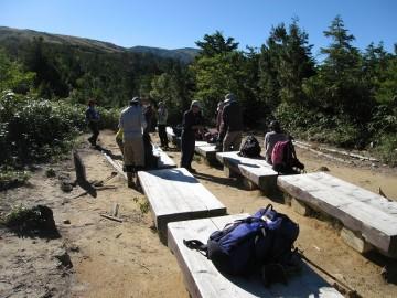 薬師岳への重要休憩ベンチの一つ、三角点。 「ふぅーっ! 」って一息入れたら、さぁ一歩ずつ前進!