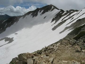 北薬師から見た、「金作谷カール」 特別天然記念物指定。残雪期ならではの綺麗な流線美です。