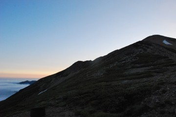 日の出時間の薬師岳。左後ろに雲海の大日岳。