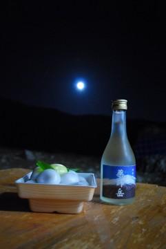 お団子を供えて、何故かお酒までも‥ 月見の宴に成ってました。 のんべぇの仕業(*^^)v