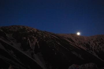 東南陵から十五夜が上る。 夕ご飯終了後、寝ないで待っててね。見えたらイイネ!