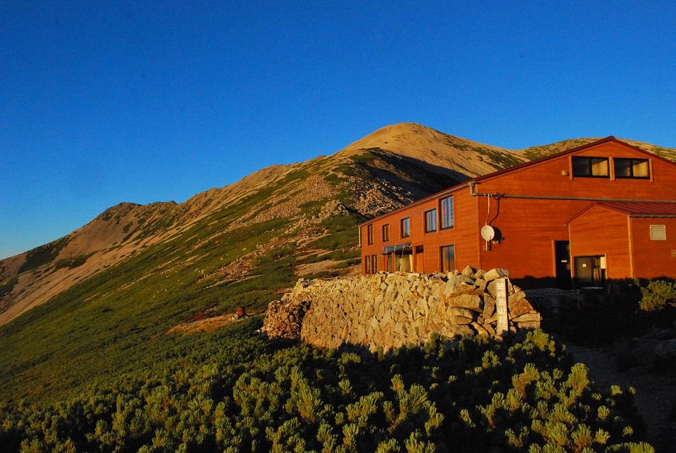 夕照に映える、「薬師岳山荘」