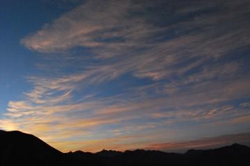 雲といい、山といい、朝食も落ち着いて取れ無い位、きれいでした。ごっくん、ごっくんと、早々に飲み込んで、「噛んでる暇がない。早く食べて、写真を撮らなきゃ(^_^;)」