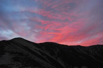 朝日で焼けた東南陵。これを山頂で見たらもっと凄い!きっと(*^^)v
