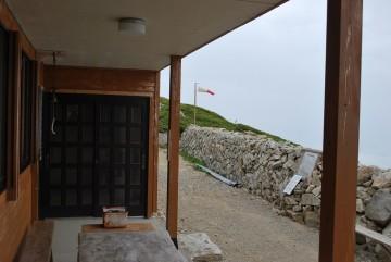 南の強風にあおられ、ピーンと、キョウツケーしている吹き流し。いい仕事していますねぇ!