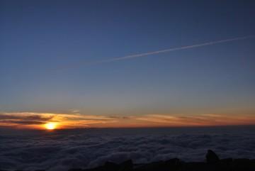 雲海に沈む夕日を親子3人で眺めてました。 早く見に来て、皆さん。