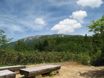 三角点からの薬師岳。 夏山さながらの薬師の形相。